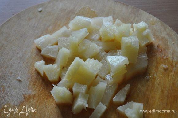 Слить сок из ананасов. Мелко порубить ананасы.