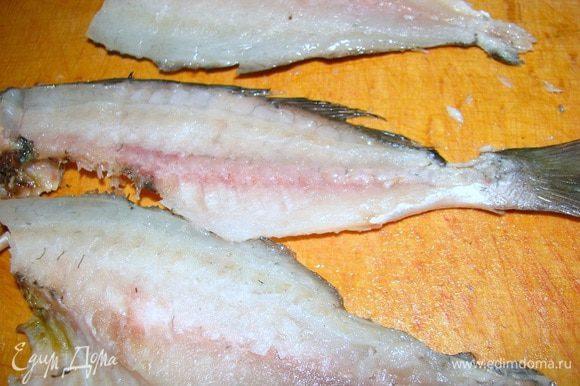Осторожно отделяем филе дорады от кожи и костей, оставляя целыми скелет и голову рыбы. Они нам понадобятся для сервировки.