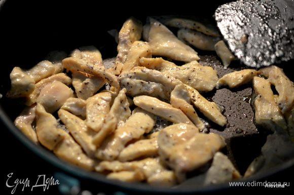 Куриные грудки порезать полосками или кубиками. Обжарить на олив.масле до готовности.