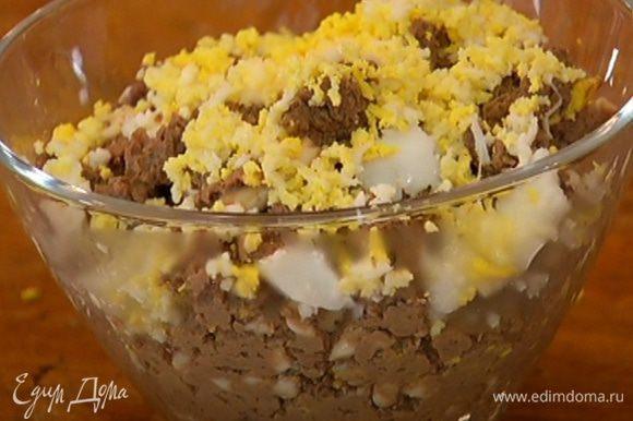 Посыпать печень яйцом и петрушкой.