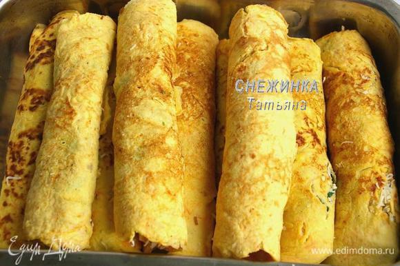 Блинчики кладём в жаропрочную форму и отправляем в разогретую до 190С духовку на 10-15 минут, чтобы сыр прихватился.