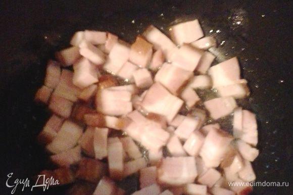 В казане или любой другой кастрюле с толстым дном обжариваем бекон.