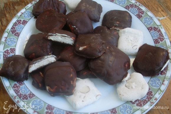 Получились вкусные конфетки с нежной нугой (из этого количества их получается много, можно часть нуги использовать на другие цели, я например задумываюсь еще о семифредо с нугой).