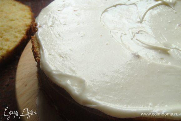 Промазать, собрать торт. Крем: смешать с ванильным сахаром и сахарной пудрой маскарпоне, слегка взбить, промазать коржи, охладить.