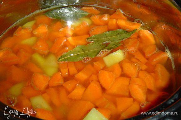 а затем морковь и картофель. Варим на небольшом огне около 30 минут.