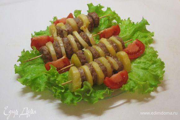 Выложить на блюдо, выстланное листьями салата. Можно подать соус из сметаны с мелко нарезанным укропом.