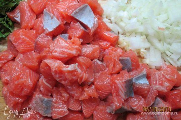 Филе лосося нарезать крупными кусочками. Лук и чеснок очистить и измельчить. Петрушку вымыть, высушить.