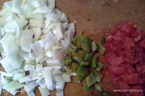 Подготавливаем овощи: Режем луки перец кубиком. Чеснок мелко нарезаем. Помидоры ошпариваем и снимаем кожицу, режем кубиком.