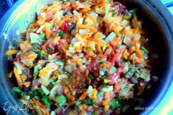 Помидоры ошпарить кипятком, снять кожицу и мелко нарезать (я просто натерла помидор на терке, удалив шкурки). Добавить к овощам помидоры и тушить все вместе на маленьком огне 3-4 минуты.