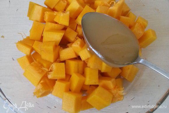 Чистим, нарезаем тыкву, добавляем мед, отправляем в микроволновку на 5 минут, перемешиваем и еще на 5 минут.