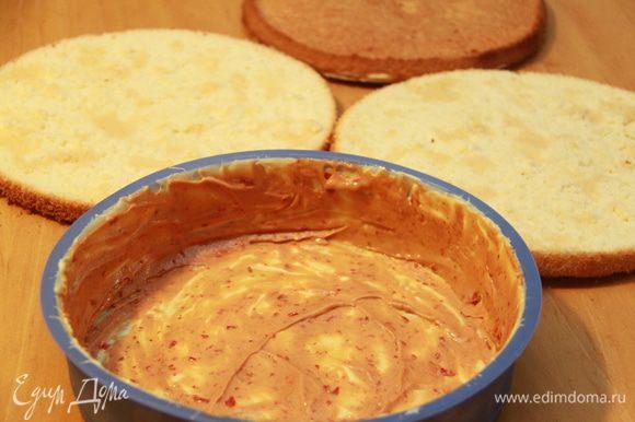 Простой бисквит разрезаем на 2 коржа, пропитываем коньяком. Силиконовую форму с шоколадным слоем смазываем тонким слоем кёрда.