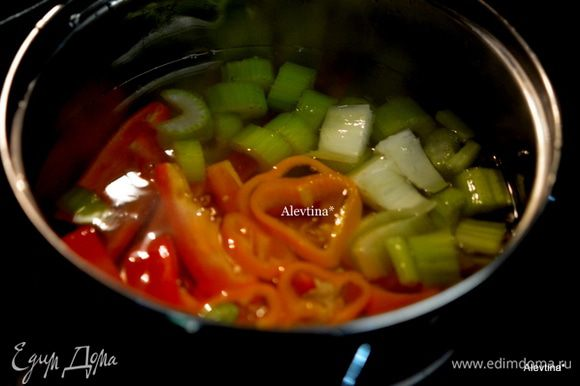 Затем в кипящей воде в другой кастрюле бланшировать сладкие цветные порезанные перцы и сельдерей примерно 5 мин. Воду слить. Промыть овощи в холодной воде.