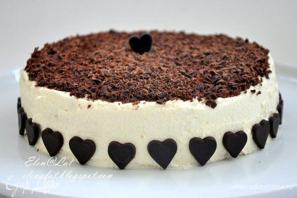 Торт весь обмазать взбитыми сливками без шоколада. Сверху обсыпать торт крупно натертым темным шоколадом. Поставить в холодильник. Дать постоять пару часов и все, можно звать всех к столу. Необычайно вкусно!!! Приятного аппетита!!!!