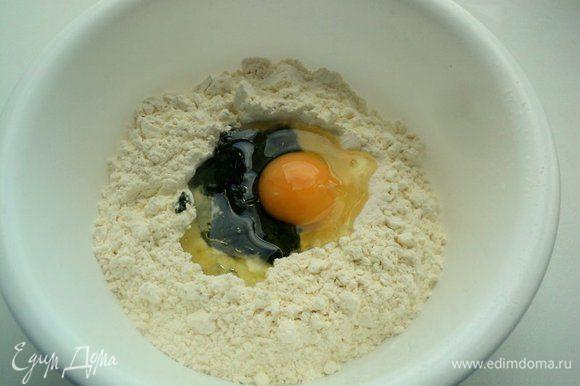Пасту разного цвета готовим отдельно. Муку высыпать горкой в миску или просто на стол, по центру сделать углубление. Вбить одно яйцо, добавить 1 ст.ложку оливкового масла, соль и шпинатное пюре – для пасты зеленого цвета. Замесить гладкое тесто, скатать колобок.