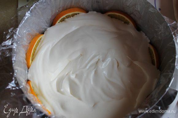 Теперь берем нашу форму с апельсинами, выкладываем половину нашего крема.