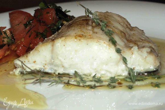 Рыбу и салат выложить на тарелку, полить рыбу соусом. Украсить базиликом или веточками тимьяна.