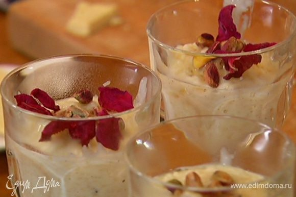 Десерт разложить в бокалы, сверху полить оставшимся медом, выложить фисташки, посыпать лепестками роз и оставшимся натертым шоколадом.