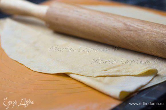 Готовое и отдохнувшее тесто раскатываем как можно тоньше.