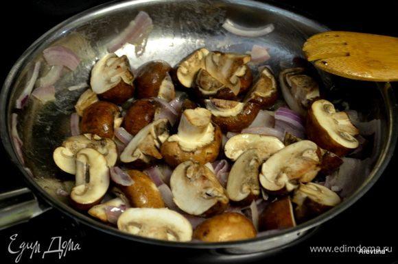В небольшой емкости растопить слив.масло. Обжарить лук до мягкости. Добавить очищенные грибы и обжаривать все вместе.