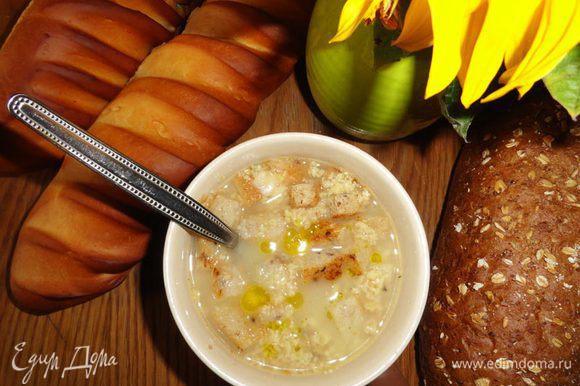 Перед тем как разлить по тарелкам, ещё раз хорошенько размешать. В каждую тарелку с супом положить маленькие чесночные гренки и, обязательно, добавить пару капель оливкового масла (куда ж без него в итальянской кухне!?). Несмотря на простоту и минимум ингредиентов суп получается на удивление насыщенным, с каким-то даже... копчёным вкусом. Приятного аппетита!
