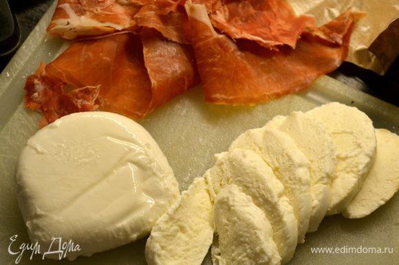 Нарезать кружочками сыр моцарелла, подготовить тонкие ломтики ветчины.