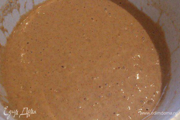 В отдельной чашке взбить яйца с сахаром, добавить молоко и оливковое масло. Ввести в сухую смесь и хорошо перемешать.