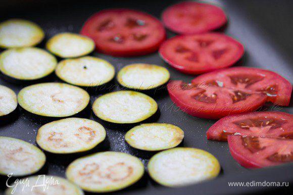 Баклажан помыть и нарезать на кругляшки, посолить и оставить на 5-10 минут. Затем снять с них влагу салфеткой или кухонным полотенцем. Помидор тоже порезать кругляшками, а затем каждый разрезать пополам. В форму выложить приготовленные овощи, посолить, поперчить, сбрызнуть маслом и поставить в духовку на 10-15 минут при температуре 220С на функцию гриль. За это время баклажаны успеют приготовится, а томаты расползутся и станут мягкими.