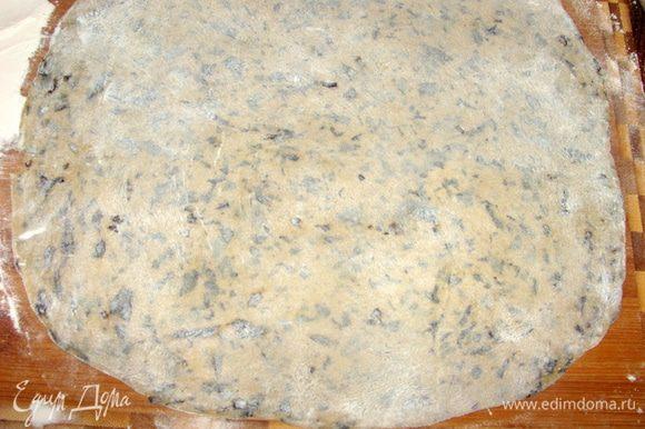 Делим тесто на 4 части. Раскатываем, режем на полоски шириной 1,5 см и отвариваем до готовности в подсоленой воде с добавлением оливкового масла.