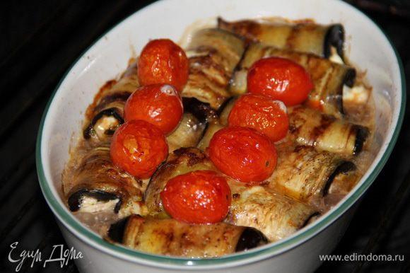 Выложить рулетики в жаропрочную посуду, смазанную оливковым маслом. Сверху выложить помидорки черри. Запекать в разогретой духовке до 190 градусов 10-15 мин.