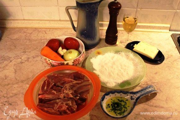 Подготовить все ингредиенты. Мясо должно быть на косточке, порубленное средними кусками. В оригинальном рецепте используется мясо на кости , которое на итальянском называется Ossobuco, но я использую разные части. Мясо нужно промыть и просушить. Овощи очистить, просушить.