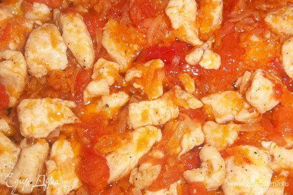 В хорошо разогретую глубокую сковороду наливаем оливковое масло, засыпаем морковку, обжариваем до полу-золотистого цвета, к ней добавляем лук, так же обжариваем до полу-золотистого цвета, выкладываем грудку и обжариваем минут 5, после добавляем помидоры, и обжариваем всё вместе ещё минуты 3.