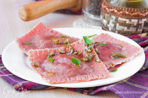Вскипятить много воды, добавить соли, опустить туда равиоли и варить 5 минут. Обжаренные семечки немного потолочь в ступке или положить их в бумажное полотенце, завернуть и побить любым тяжелым предметом. Смешать итальянские травы, семечки и оливковое масло. Дать 5 минут настояться. Готовые равиоли выкладываем на тарелку, сбрызгиваем маслом, выкладываем сверху заправку и мелко рубленную петрушку. Подаем горячими в качестве закуски.
