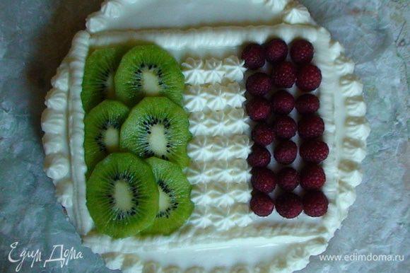 Украсить чизкейк в стиле итальянского флага: слой киви, сливки и малина (малину можно заменить на клубнику). Приятного аппетита!