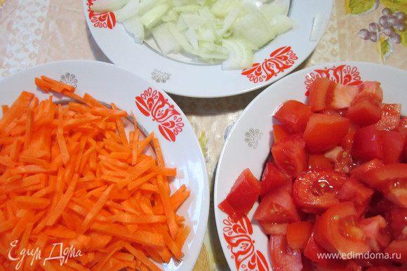 Рыбу нарезать кусочками. Лук и морковь – тонкими ломтиками, помидоры – крупными дольками.