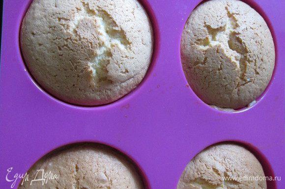 Выложить тесто в форму-полусферу и присыпать сахарной пудрой (об этом я забыла). Выпекать в заранее разогретой духовке до 180 градусов 15 минут. Вынуть из формы, когда полностью остынут.