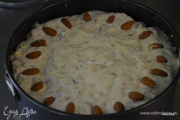 Смешаем все хорошо ингредиенты для топпинга. Аккуратно распределим по поверхности яблок,затем выложим миндаль целый. Поставим в разогретую духовку на 55-65 мин. Дать остыть.