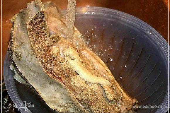 А мясо хорошо промываем опять-таки проточной холодной водой. Да. Если кого смущает, что воду прямо из-под крана берём, так сказать, то прошу учесть – скважина своя и очистка имеется. Так что воду спокойно из под крана пьём.