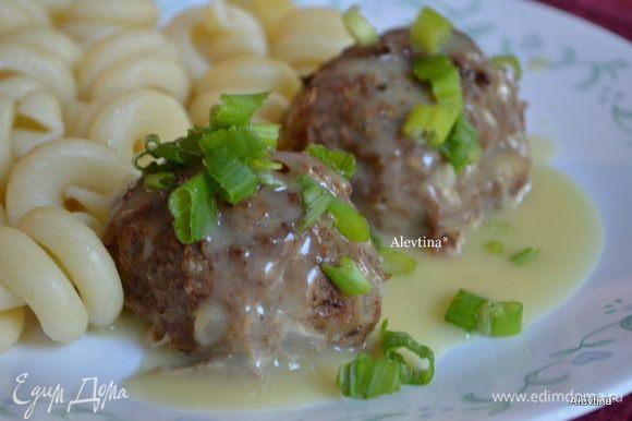Подаем готовые фрикадельки с соусом и зеленью или шнитт-луком. Приятного аппетита.