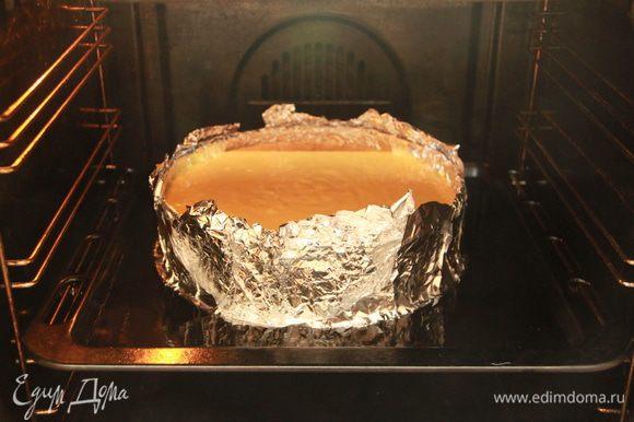 Форму обернуть двумя слоями фольги. Поставить форму на противень/поддон с высокими бортиками. Налить в противень/поддон кипятка до половины формы с кейком. Выпекать при 160*С примерно 1,5 часа.