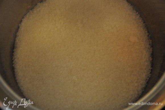 В кастрюльку высыпаем сахар, так чтобы он покрывал дно, но не толстым слоем и начать нагревать сахар на умеренном огне, чтобы он постепенно плавился. При этом осторожно перемешивайте,чтобы уже расплавившийся сахар не подгорел. Весь сахар у нас должен растопиться.
