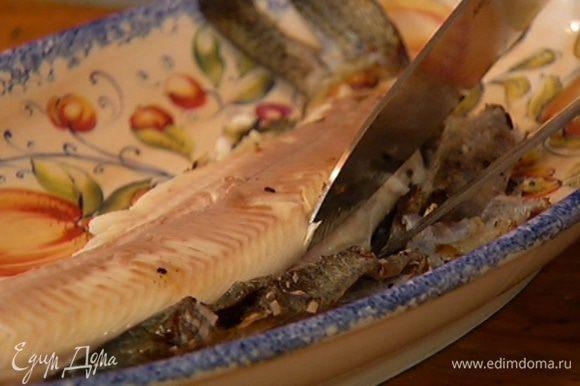 Разогреть сковороду и обжарить форель с двух сторон. С готовой рыбы удалить кожу и отделить филе от хребта и костей.