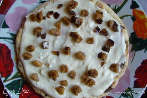 Промазать кремом каждый корж. По желанию прослоить торт мелко нарезанным (тоже распаренным и отжатым) инжиром (или финиками, или изюмом, или смесью сухофруктов). Сложить все 3 коржа один на другой.