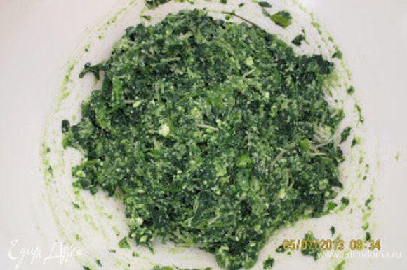 Шпинат отварить, слить воду, мелко порезать и выложить в миску. Добавить яйцо, фету, сыр, соль, перец и все хорошо перемешать.