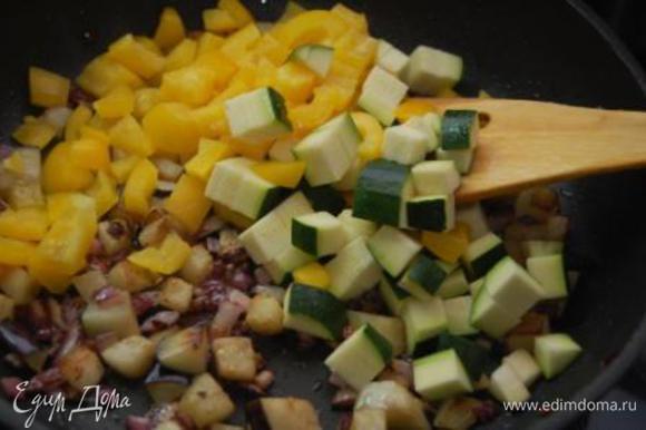 Минуты через 4 (не забываем помешивать содержимое сковороды) добавить перец и цукини. Подержать на сковороде около 2-х минут, добавить томаты, еще минутку и снять с огня. Выложить в тарелку У меня к этому моменту томатов не осталось (Кира все слопала).