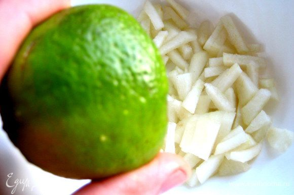 В салатнике сбрызнем грушу соком лайма или лимона.