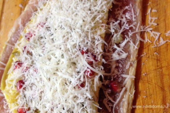 Поверх ветчины выкладываем омлет, измельченные каперсы и анчоусы, зерна граната и посыпаем все сыром Parmigiano-Regiano