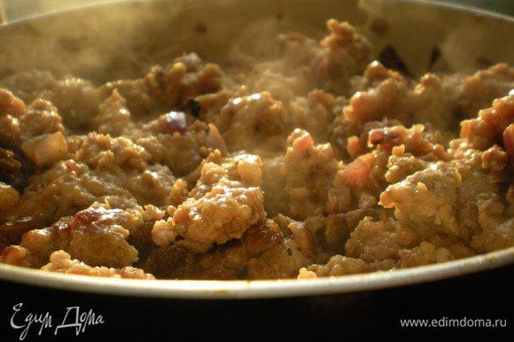 Тушить мясо с томатной пастой при закрытой крышке до готовности. При необходимости добавить мало. В конце добавить изюм.
