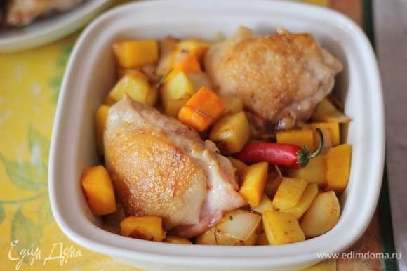 И включаем духовку разогреваться до 180 градусов. Подготовим формы для запекания. Раскатаем наше тесто, подогнав его под размеры форм. Выложим в формы овощи, добавим курицу, положим перчик,прямо целиком,можете разрезать его.