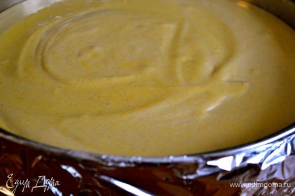 Достать из холодильника форму с коржом из печенья. Обернуть бока формы сложенной в два слоя фольгой! (подробнее об этой используемой мною технике выпечки чизкейков в этом рецепте... http://www.edimdoma.ru/retsepty/52376-limonnyy-chizkeyk-s-merengoy )