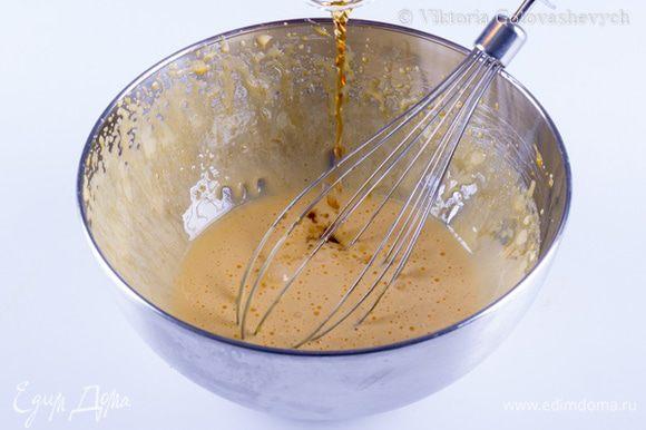 Сабайон на белом шоколаде: Распустить желатин в 30г воды. Огнеупорную миску установить на водяную баню, отправить в нее желтки и сахар. Постоянно взбивать до тех пор пока масса увеличится в объеме в несколько раз. Марсалу довести до кипения и влить тонкой струйкой, продолжая постоянно взбивать.